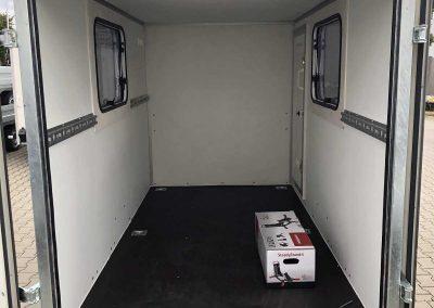 Kofferanhänger mit Seitenfenstern und Einstiegstür