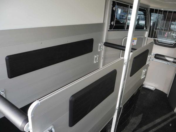 Ifor Williams Pferdeanhänger HBX 511 mit Frontausstieg, klappbare Mitteltrennwand, gepolsterte Stangen, Seitenpolsterung