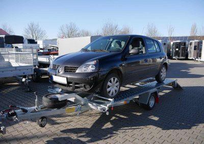 Pongratz L-AT 350 G-K mit aufgeladenem Auto. Ein einfaches Auffahren ist durch eine kippbare Ladefläche möglich.